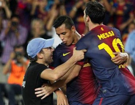 Lionel Messi sigue preguntando: ¿Quién es el tipo de la foto? - Vanguardia  Espontáneo se unió a la fiesta en el Barça-Madrid de la Supercopa.XD
