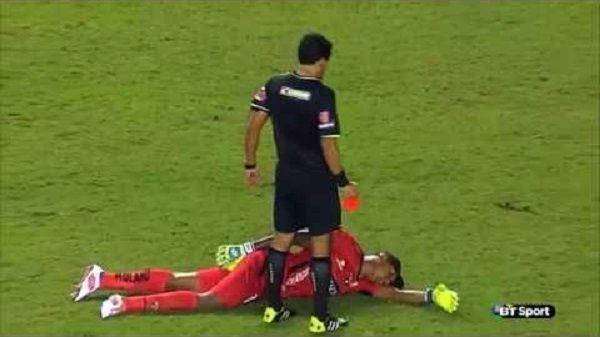 Bramkarz udał zgon żeby uniknąć czerwonej kartki w Copa Libertadores • Śmieszne filmy w piłce nożnej • Zobacz reakcję goalkeepera >>
