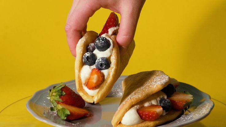 To są bardzo niezdecydowane ciastka. Nazywają się omlety, wyglądają jak tacosy, a smakują jak ciastka omlety z bitą śmietaną.    Składniki:  3 jajka (białka i żółtka osobno)  3 łyżki mąki pszennej  3 łyżki drobnego cukru  1 łyżka mąki ziemniaczanej  szczypta soli   Dodatkowo:  Bita śmietana   Drobne owoce (truskawki, borówki, maliny)   Wykonanie:  Białka z dodatkiem szczypty soli ubij na sztywną pianę. Dodaj drobny cukier i ubijaj dalej, aż masa stanie się gładka i lśniąca. Dodaj żółtka jaj…