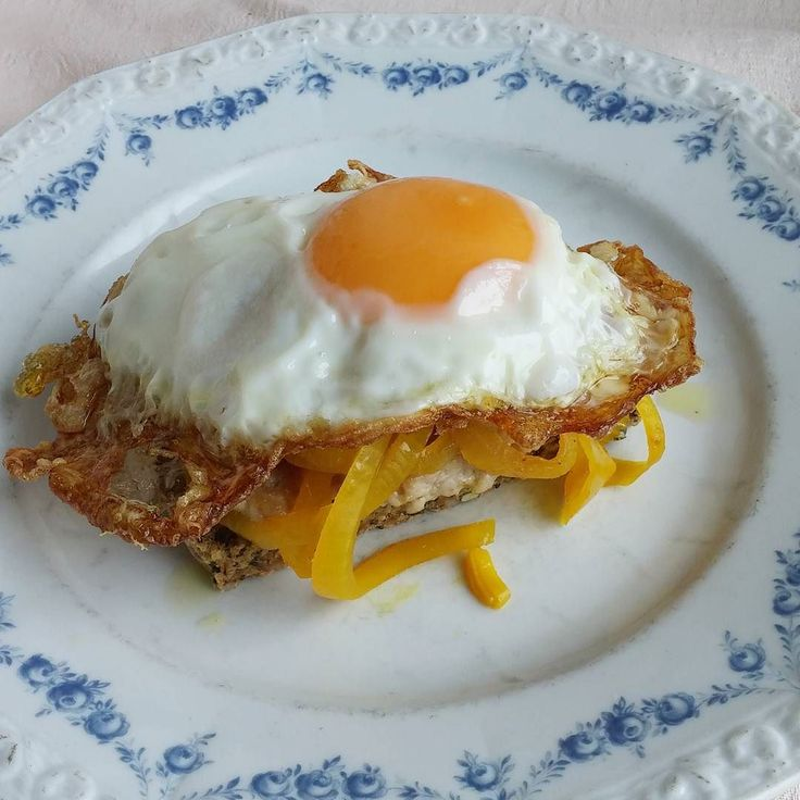 Se terveellisempi oopperavoileipä. Paahtoleivän sijaan kotona leivottua paahdettua kokojyväruisleipää kananjauhelihapihvi ja paistettu kananmuna ybohtamatta omaa lisääni sahramipiklattua sipulia. #oopperavoileipä#sydänystävällinen #broileri #itsetehty #ruokablogi #ruoka#kotiruoka #herkkusuu #lautasella #Herkkusuunlautasella#ruokasuomi
