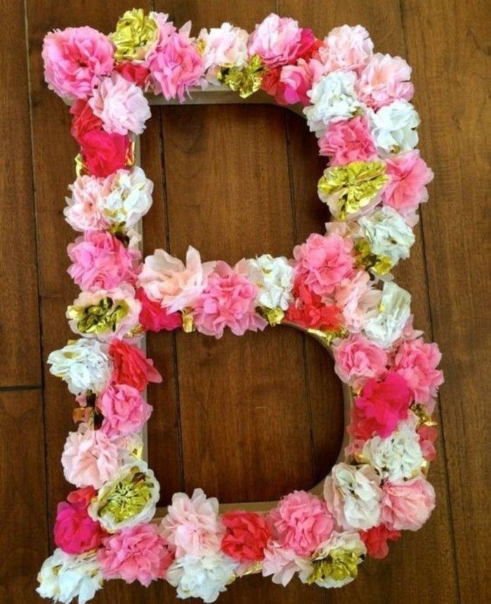 une idée de cadeau a faire soi meme, une monogramme, composée de fleur papier de soie