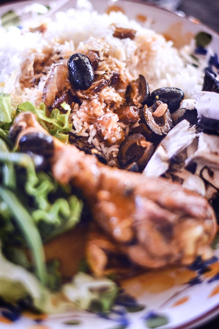Matkreation - Majskyckling med oliver och sardeller, som är så där väldigt god. Så pass god att den fick inviga kväll nummer två på semestern.  Lättlagad och enkel bjudmat, ett recept som här nedan är för 8 personer. Eller matlådor, som jag så ofta tjatar om. Kyckling serveras med kokt ris, blandat med kokos/flingor och hackade dadlar.