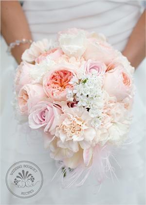 Schitterend trouwboeket in lichtroze tinten en verschillende bloemen.
