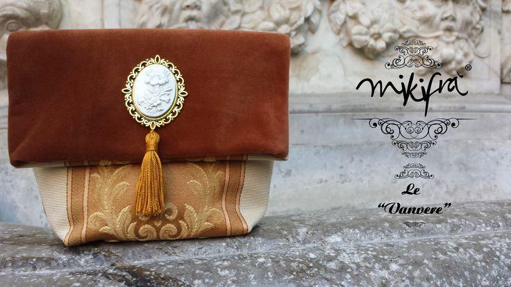 Pochette, Le Vanvere di Mikifrà. Ciuridda: Mini bag in velluto colore cammello e broccato. Decorazione centrale con filigrana e cammeo bianco con nappina dorata.