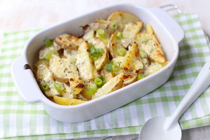 In dit artikel laten we je zien hoe je binnen een handomdraai deze lekkere, romige aardappeltjes met kaas uit de oven maakt. Lekker met tonijnburgertjes.