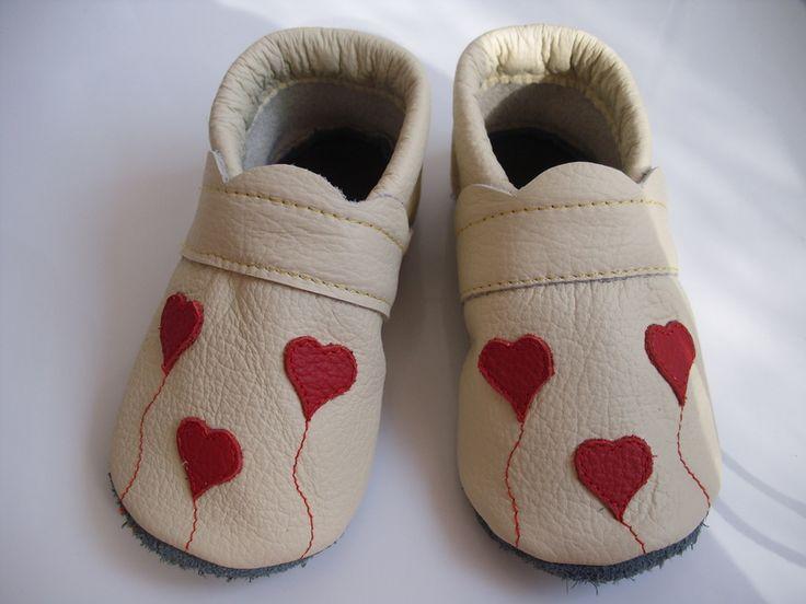 Krabbelschuhe - Baby öko Lederpuschen Krabbelschuhe Valentinstag - ein Designerstück von raupis bei DaWanda 16,50