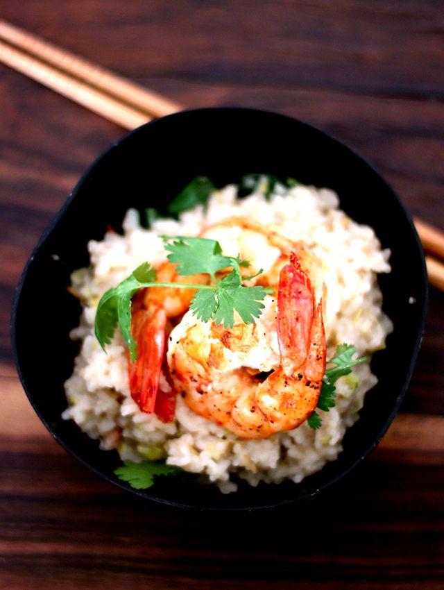os asiáticos estão cobertos de razão ao juntar frutos do mar com coco. Combina. O arroz jasmim, que é de fato thai, vem para coroar a brincadeira e dar uma liga. Ele é uma emoção a parte: aromático e levemente amendoado. Vale o investimento. Ainda mais pra acompanhar uma camarãozão. Vai por mim.