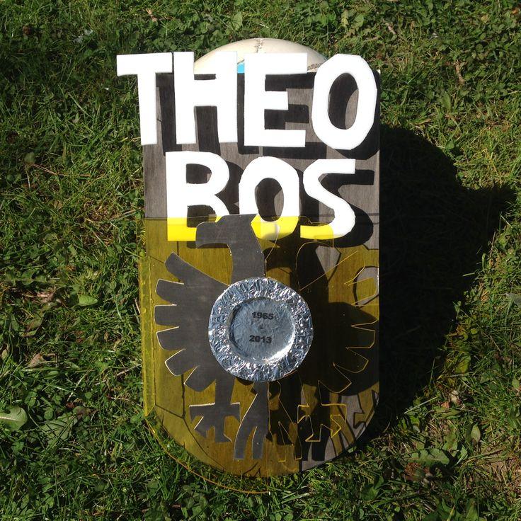 """VMBO GT CPE Beeldend 2014. Thema: ROEM. Opdracht: """"Maak een ereteken voor..."""". De leerling zegt: Het is een eerbetoon aan Theo Bos (1965-2013). Omdat hij als speler en als trainer heel veel voor de voetbalclub Vitesse heeft gedaan."""