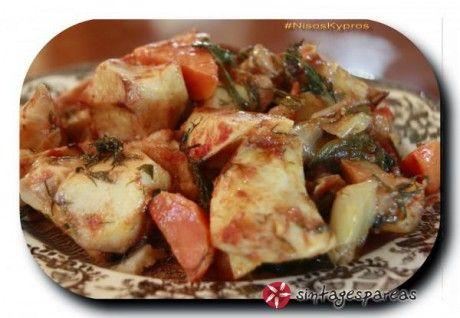 Το κολοκάσι είναι ένα καθαρά κυπριακό φαγητό. Μαγειρεύεται συνήθως στην κατσαρόλα γιαχνιστό με χοιρινό κρέας. Η δική μου εκδοχή είναι χορτοφαγική, ή αν προτιμάτε νηστίσιμη και ψημένη στον φούρνο αντί στην κατσαρόλα. Είναι εξαιρετικά νόστιμο! Δοκιμάστε την