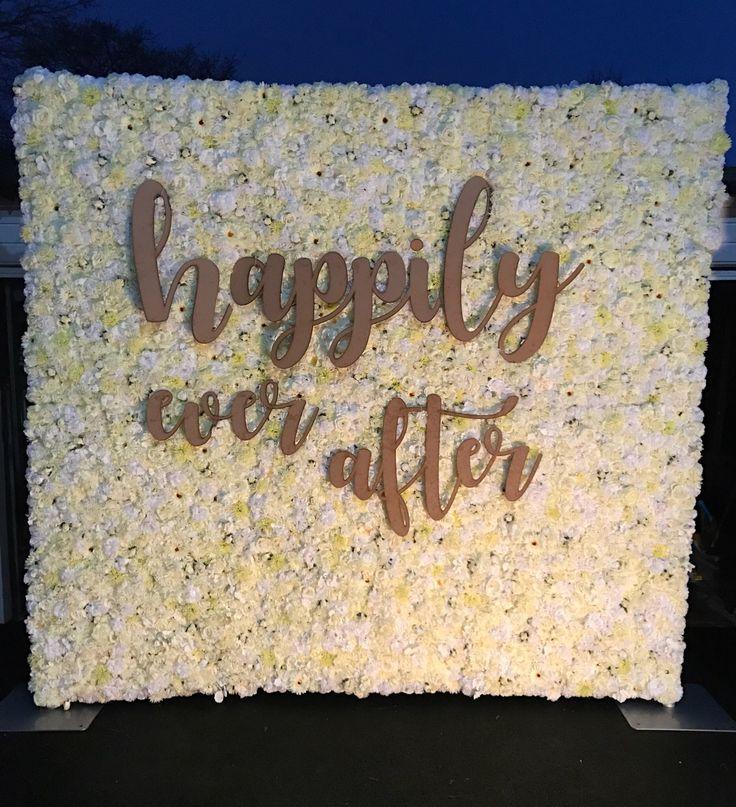 Blumenwand-Hochzeitshintergrund. Weiße und Elfenbein Blumenwand, die perfekte Kulisse …   – Wedding