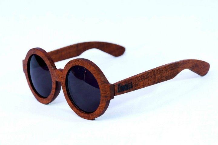 Las gafas de sol ÁRBOLES son hechas con maderas recicladas, como guatambu, algarrobo, roble, incienso, etc.. Y las lentes son unas CR39 curvo 6, con protección UVB/UVA400..(son de muy buena calidad). La idea de estas gafas es hacer un producto con materiales autosustentables que no dañen el medio ambiente en el que vivimos.  Nosotros venimos a proponer un cambio, ver mejor, sentirse mejor.