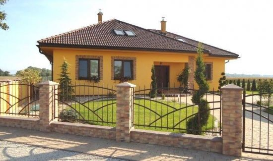 Casa cu fatada galbena si acoperis wenge