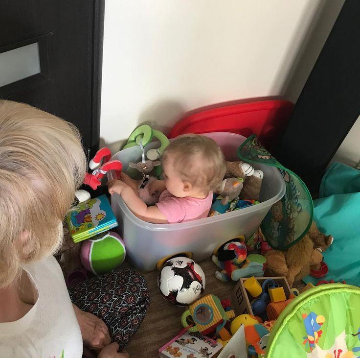 Córka bawi się pod czujnym okiem babci a mama ma wreszcie trochę czasu tylko dla siebie. Normalnie #radość!  . Mogłam przejrzeć fotki zrobione z myślą o instagramie  Mogłam ogarnąć gierkę na tablecie czy przeczytać gazetę. #tylewygrać! . W ogóle to moja córka rano uwielbia bawić się swoimi zabawkami w swoim małym królestwie! Wtedy nawet babci nie trzeba bo ona w zatopioną swoim świecie nie wymaga nadzoru  . #babcia #grandma #grandmother #dziecko #dziewczynka #córeczka #córka #daughter…