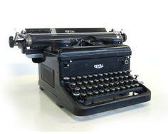 Máquina de escribir: Mecánica, electromecánica o electrónica. Dejo de existir con la llegada de las computadoras. Hoy solo se usa en algunos hogares como ornamentación y reliquias. -15 objetos tecnológicos que quedaron en el pasado