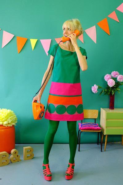 Wunderschönes aufwendiges Kleid aus 100% leichter selbstdesignter Baumwolle mit Steifen und Punkten in pink und grün. Es ist gefüttert, hat Taschen un