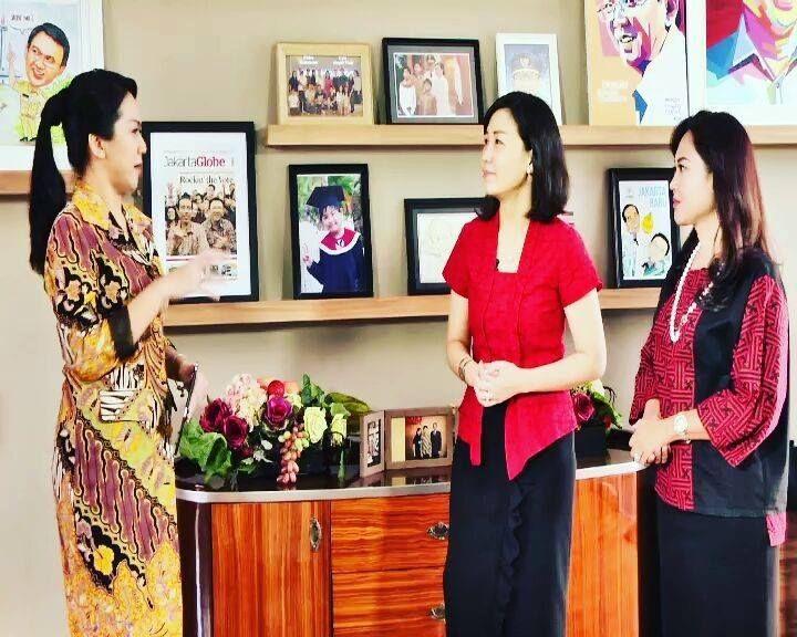 Sabar ya Pak Ahok @basukibtp. Inilah pesan yang dilontarkan Veronica Tan, istri calon gubernur petahana DKI Jakarta saat 'curhat' kepada Rike Amru @keamayo dalam program Female Zone Special.  Vero tidaklah sendirian. Di program yang akan ditayangkan Minggu 9 April Pukul 20.30 WIB nanti, ia juga ditemani Happy Farida, @happydjarot istrI cawagub @djarotsaifulhidayat.   Dalam 'curhat' para istri cagub dan cawagub itu, baik Vero maupun Farida blak-blakan bicara tentang kekuasaan, jabatan, gaduh…