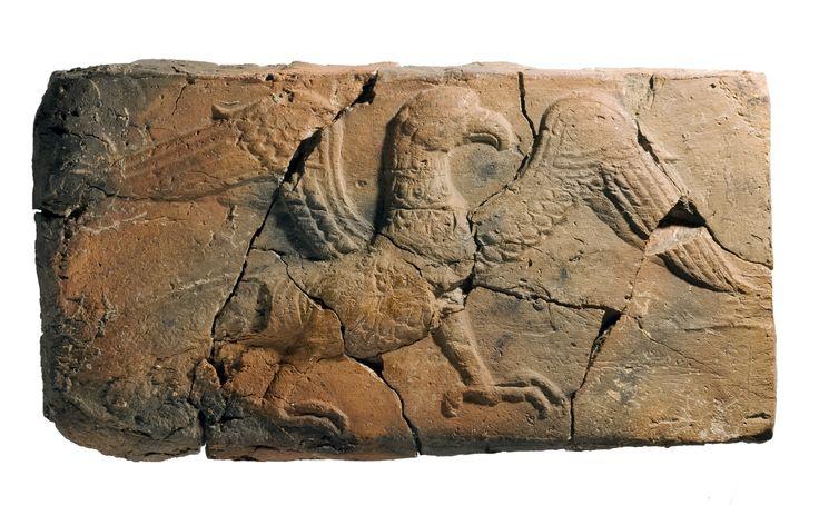 Do wyjątkowo cennych znalezisk z terenu nieistniejącego dziś zamku książąt piastowskich w Gnieźnie, należy gliniana, pochodząca ze schyłku XII wieku płytka. Widzimy na niej sylwetkę kroczącego orła, symbolizującego siłę i majestat władzy. Jeśli dodamy do tego żywą w średniowieczu legendę o orle i gnieździe, rzekomo dostrzeżonych w tym miejscu przez mitycznego Lecha, uzyskamy bogaty obraz wielu znaczeń symbolicznych, związanych z tym znaleziskiem.