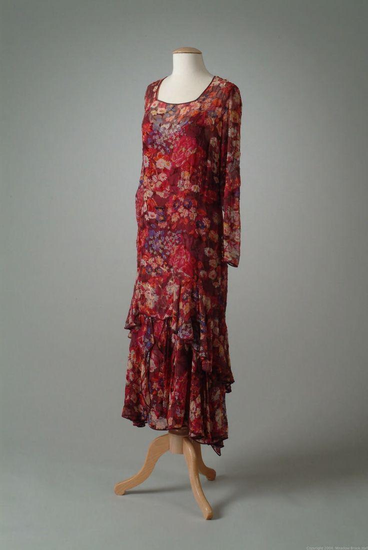 После роскоши и обилия деталей в одежде 19 и начала 20 века наступили ревущие 1920-е годы. Юные девицы бросили вызов общественному вкусу: они отказались от корсетов, танцевали неприличные танцы,…