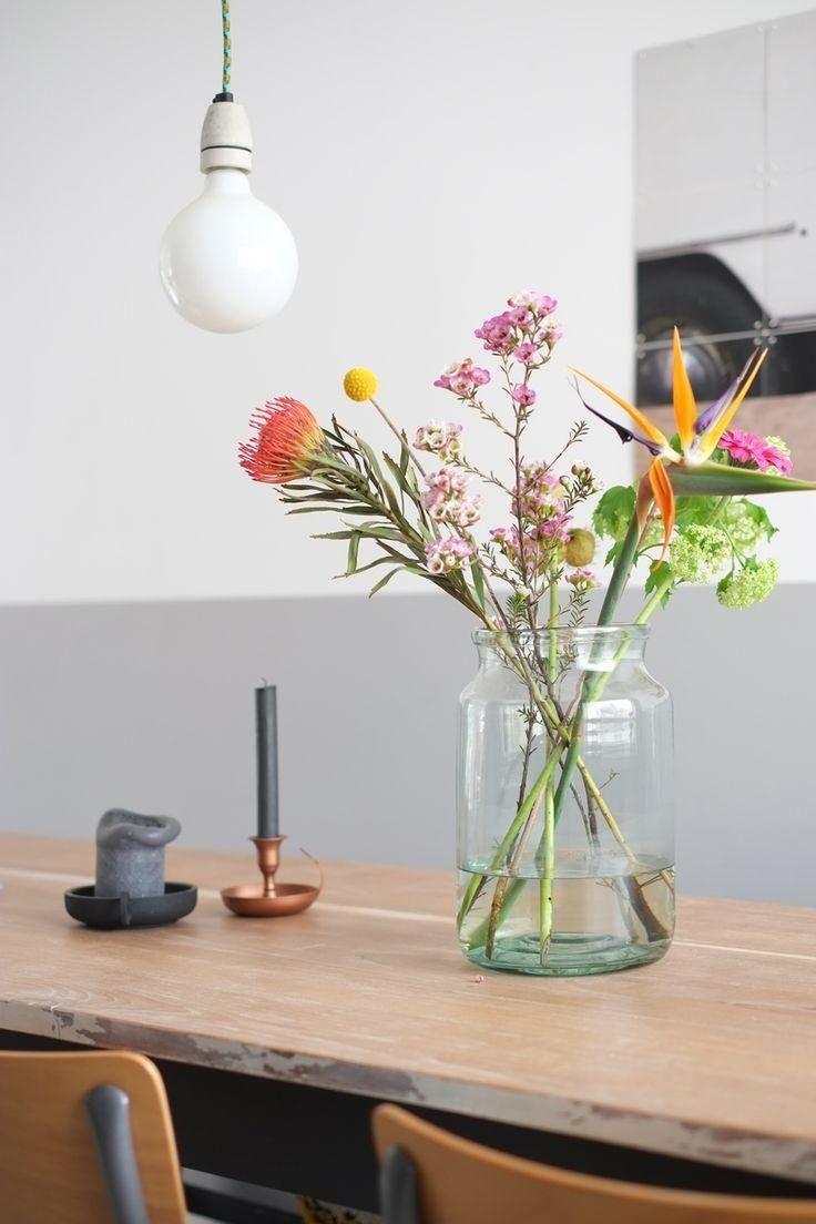 Fleurs fraîches dans un vase de verre