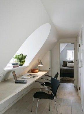 Bureau met raam onder schuin dak; idee voor zolder.