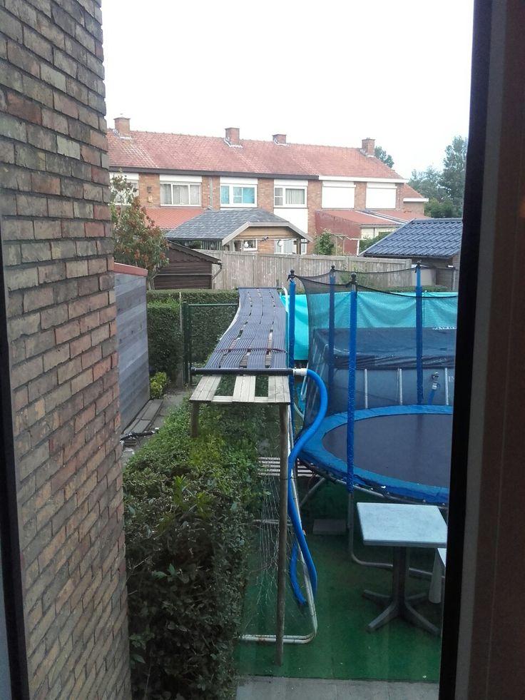 Geen plaats meer in de tuin Solar verwarming voor zwembad boven de haag.