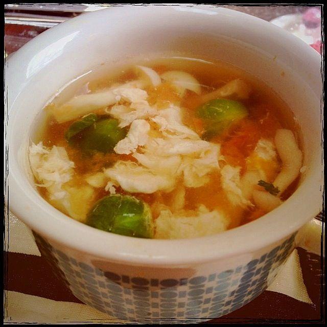 肉ダネで残った卵白も溶いて入れて、エコスープ♡ - 134件のもぐもぐ - トマトの果肉で芽キャベツとブナピーのスープ♪ by tomokondate
