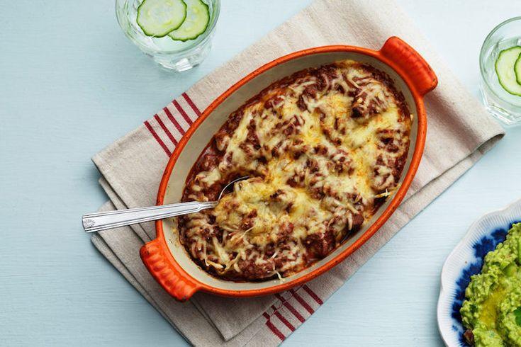 Een lekker koolhydraatarm hoofdgerecht, Mexicaanse ovenschotel met gehakt. Dit is een heerlijk Mexicaans gerecht met gehakt, tomaten, kruiden, jalapeños en kaas. Je kunt de Mexicaanse ovenschotel met gehakt eventueel serveren met guacamole en Carbzone koolhydraatarme tortilla's.