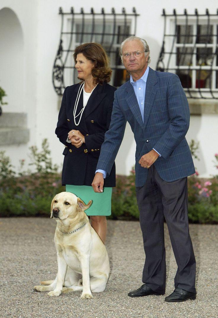 Le roi Carl Gustav et la reine Silvia de Suède participent à une fête pour le 27e anniversaire de la princesse héritière Victoria avec leur chien Bingo, le 14 juillet 2004.