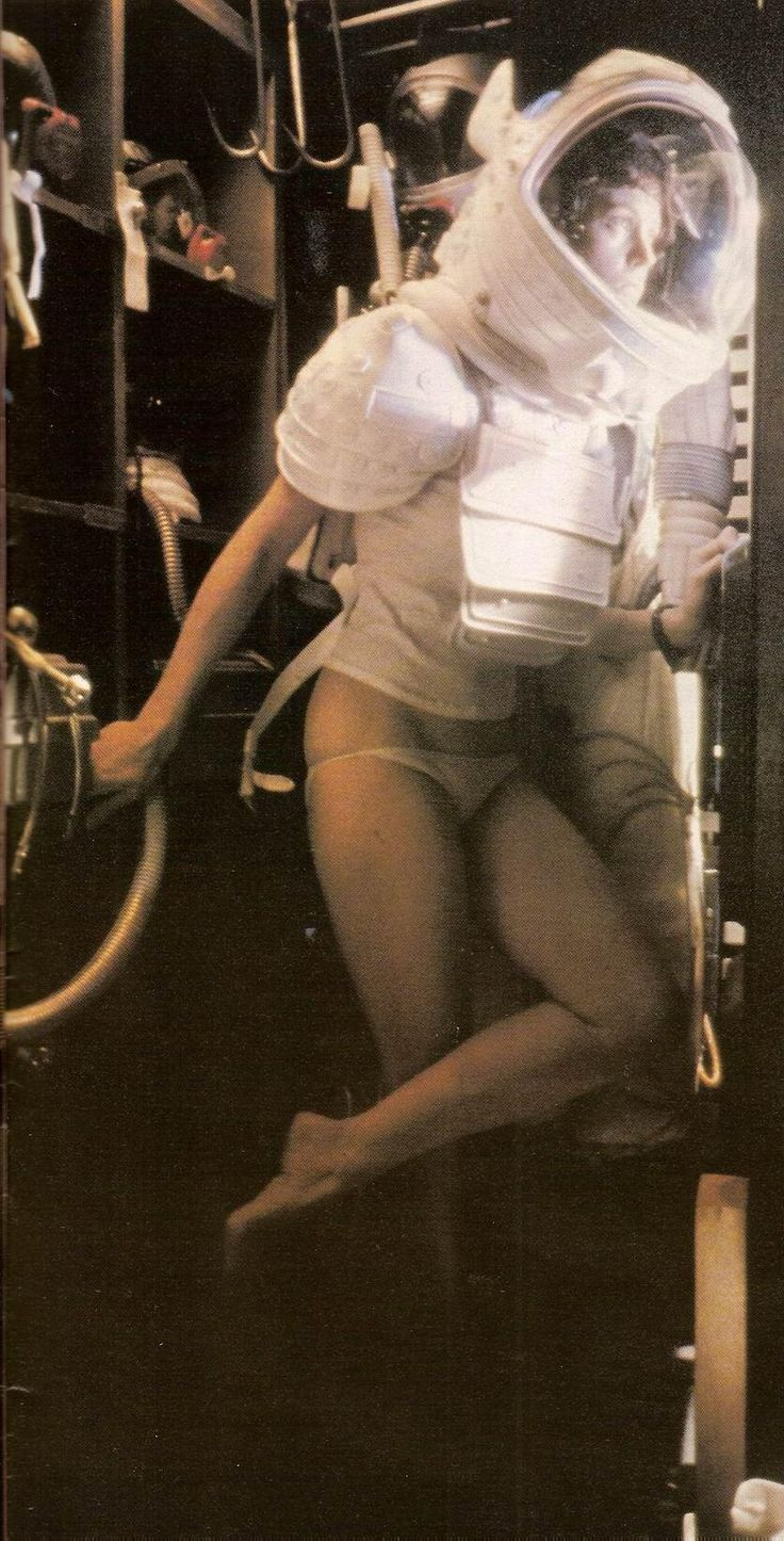 Behind the Scenes ‏@MakingOfs 6 Dec Sigourney Weaver on the set of Aliens.. 1986