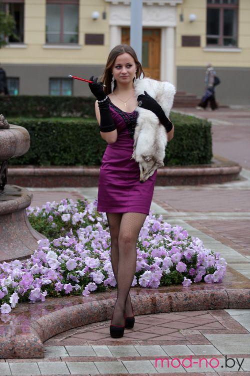 """Фотофакт: девушки в стиле """"ретро"""" в самом центре белорусской столицы (наряды и образы на фото: чёрные колготки в сетку, чёрные перчатки, чёрные туфли, белая горжетка, пурпурное мини-платье)"""
