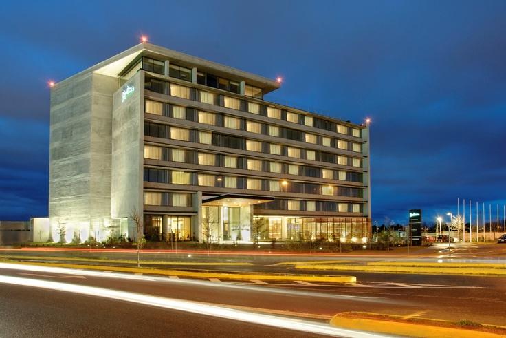 Este hotel de 127 habitaciones se ubica estratégicamente en un nuevo polo comercial de la ciudad de Concepción, sector conocido como El Trébol. Además se encuentra a sólo 5 minutos del aeropuerto de la ciudad y a 10 km. de la playa. En Radisson la diferencia está en los detalles.