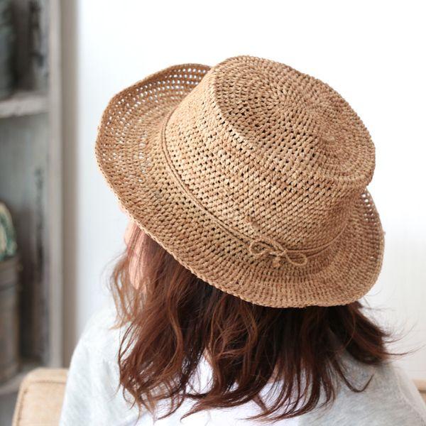 素敵な帽子が入荷しました♪ これまでのサンアルシデの帽子と少し雰囲気が異なる新しいデザイン。 今までは天辺の平らな部分やブリム(つば)への切り替えは曲線を描いていましたが、「AMEDE HAT」は、くっきりと切り替えられ、少しシャープな印象のラフィアハットです。 #sansarcidet #サンアルシデ #帽子 #ラフィア #ハット #AMEDEHAT #新作 #tasutasu