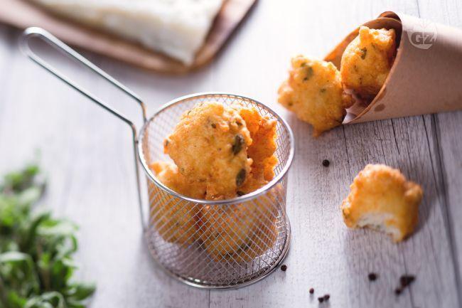 Le frittelle di baccalà sono dei fragranti bocconcini di pesce fritti, perfetti da servire come antipasto o per arricchire le tavole di Natale.
