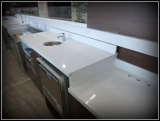 Diseño y fabricación de cafetería en nuevo mall de Rancagua Linea plana en dos tonos. Cubierta silestone