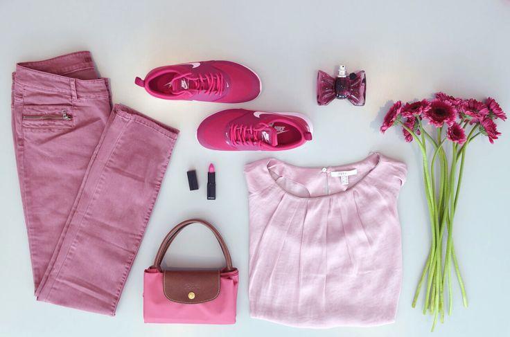 Unsere #Lieblingsfarbe des Monats: #PINK ! Diese knallige Mischung aus Rot und Lila ist cool statt zuckersüß!  Der komplett #Look ist vielleicht ein wenig zu viel des Guten, aber die Kombination von Pink mit non-colors so wie einer weißen Bluse, einem neigen #Mantel oder einem schwarzen Pullover ist schmeichelnder.  #Bluse & #Hose von #Esprit, Schuhe von #Nike und #Tasche von #JensKoch     #MagMag #AlleeCenterMagdeburg
