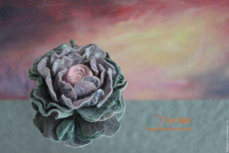 """Купить Войлочная брошь-цветок """"сопрано"""" - комбинированный, брошь-цветок, брошь ручной работы"""