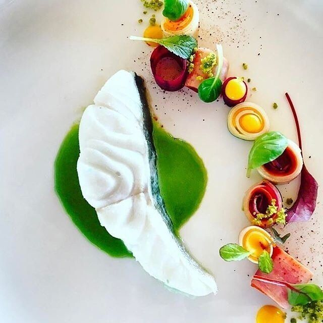 Bacalao blanco como la nieve procedente de Dinamarca, preparado en sellado al vacío con emulsión de perejil , pequeño huerto de vegetales de raíz salteados y hojas de laurel baby