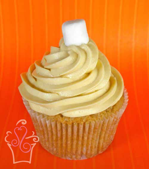 PEANUT BUTTER FLUFF Cupcake de mantequilla de maní cremosa con un centro de crema de malvaviscos, cubierto con lustre de mantequilla de maní y malvaviscos -- Creamy peanut butter cupcake with a marshmallow fluff centre and peanut butter marshmallow frosting  #cupcake #cupcakes #sweetscostarica