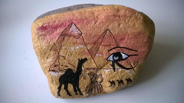 En sten malet med acrylmaling og Posca-penne.