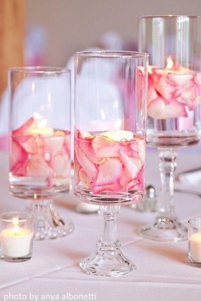 con petalos de rosas y velas