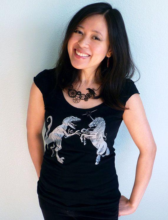 Einhorn vs. Dinosaurier Frauen T-Shirt  Einhorn von binarywinter