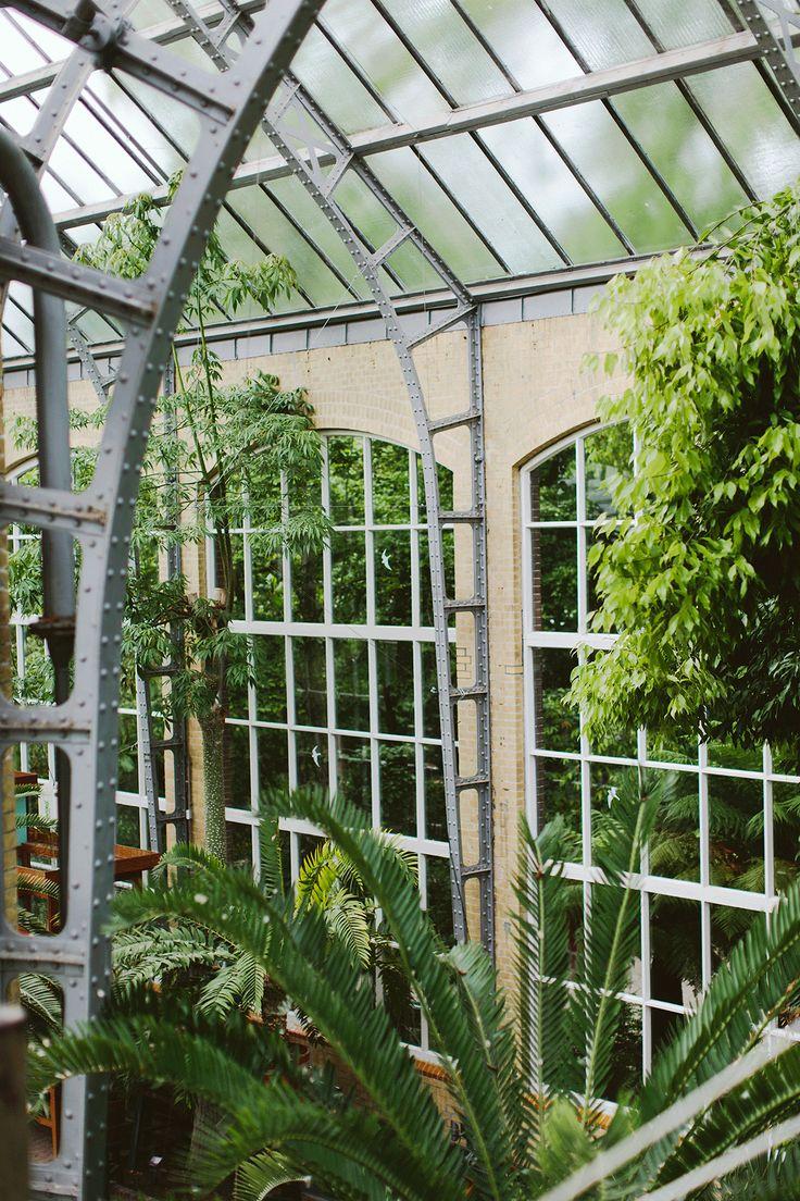 Trouwen in de botanische tuinen in een gebloemde trouwjurk!