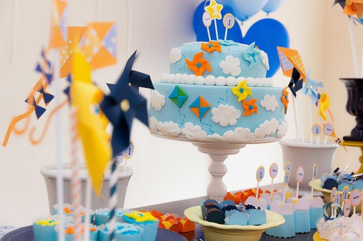 Para comemorar o primeiro aninho do Benício a mamãe dele escolheu o tema Pipas e Cataventos!!!   Com cores lindas, uma festa para um me...
