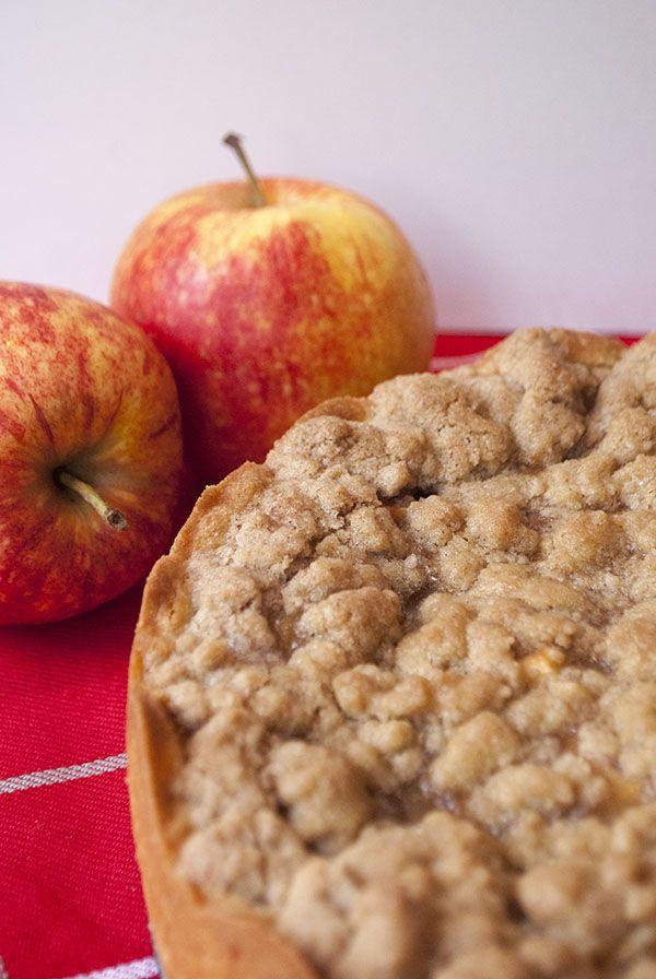 Vegan apple pie with cinnamon crumble