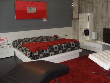 Parete camera attrezzata da cm. 390 x 230 ad angolo con letto con contenitore , comodini, elemento libreria e panca tv girevole colore bianco. Scontata del 30% ( escluso materasso)