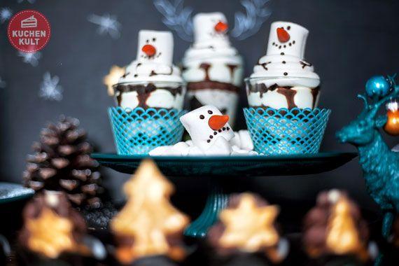 """2er_Schneemaenner_1  It's Snowtime! Dessert-Schneemänner mit Star-Charakter  """"It's """"Snow""""-Time, Baby"""" würde diese lustige Dessert-Schneemann-Gruppe trällern, wenn sie könnte. Sahnig in Szene gesetzt und frech grinsend ist das neue Cookies&Cream-Dessert aus der Conditorei Coppenrath & Wiese ein süßer Schmaus im Advent. Dessert-Schneemänner, so wird's gemacht:  Für 6 Desserts:      3 x Kleiner Augenblick Dessert der Saison Cookies & Cream aus der Conditorei Coppenrath & Wiese     1..."""