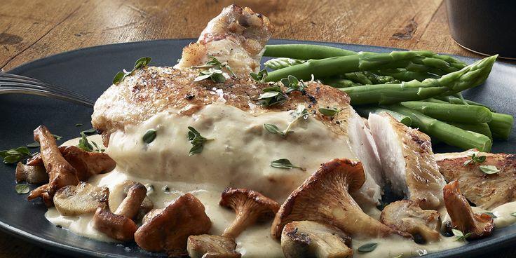 Suprême de poulet et sa sauce onctueuse aux champignons, vin blanc et moutarde au Chablis et aux Brisures de Truffe noire.