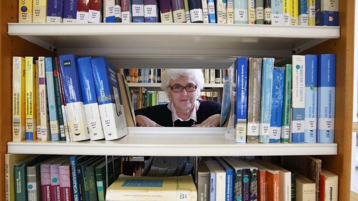 Carmen Fernández-Valdés es desde hace 33 la bibliotecaria de la Uned a la que adoran sus usuarios. #bibliotecas #Uned