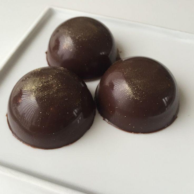 Jeg elsker bare fyldte chokolader… Lækre smagfulde chokolader! Jeg har specielt en stor kærlighed for skildpadder, meeen elsker også marcipan, og nu er det jo jul ? Så det hele er komb…