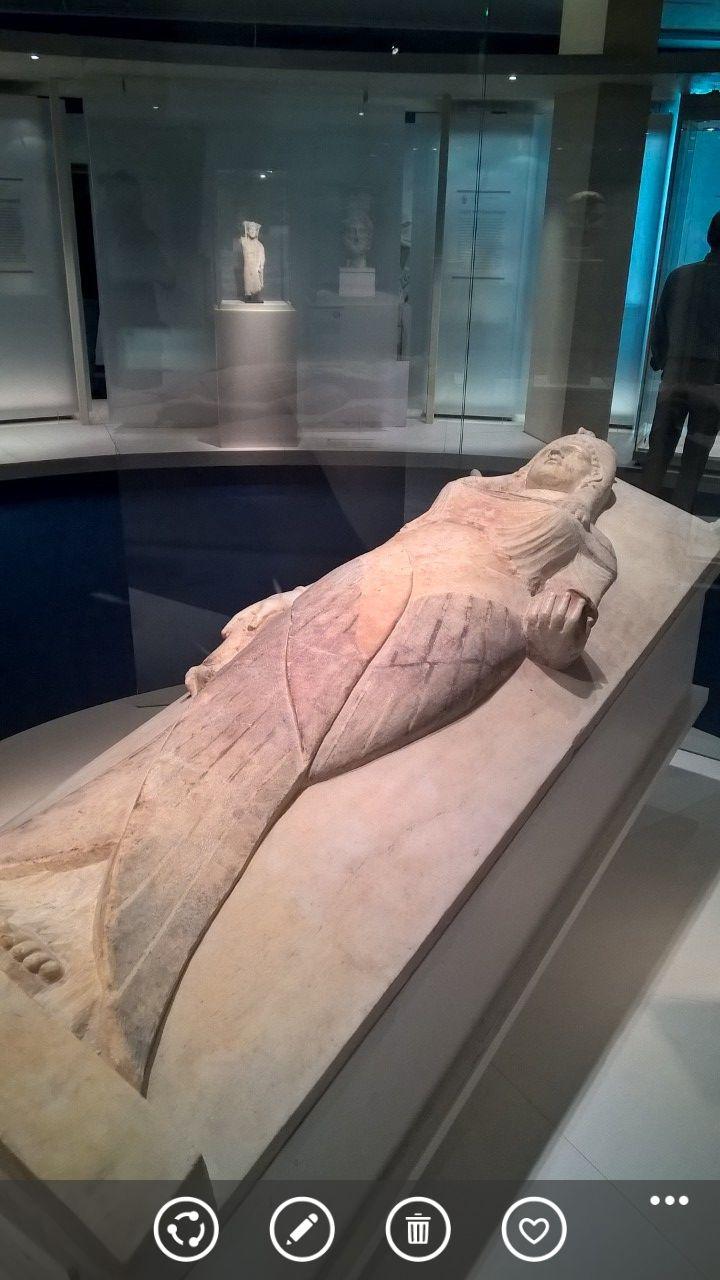 Dit is een sarcofaag die gevonden is in Carthago. Men denkt dat deze Carthaagse sarcofaag was gemaakt door een Griek. Dit is te zien omdat deze sarcofaag een mengelmoes van culturen is. De vrouw die afgebeeld is draagt een Griekse jurk en heeft een Egyptische haarstijl en is ze omsloten door vleugels, dit is typisch Egyptisch. De deksel zelf is gemaakt in een Etruskische stijl.